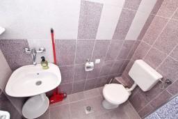 Ванная комната. Черногория, Баошичи : Студия с балконом с шикарным видом на море, возле пляжа