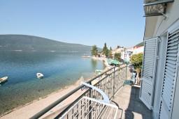 Вид на море. Черногория, Баошичи : Студия с балконом с шикарным видом на море, возле пляжа