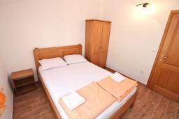 Спальня. Черногория, Баошичи : Апартамент для 4-5 человек, с 2-мя отдельными спальнями, с балконом с шикарным видом на море, возле пляжа