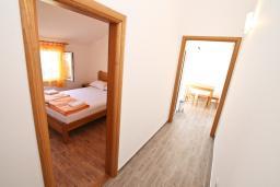 Коридор. Черногория, Баошичи : Апартамент для 4-5 человек, с 2-мя отдельными спальнями, с балконом с шикарным видом на море, возле пляжа