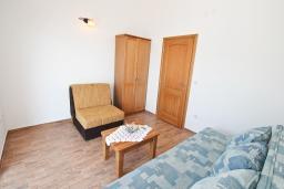 Спальня 2. Черногория, Баошичи : Апартамент для 4-5 человек, с 2-мя отдельными спальнями, с балконом с шикарным видом на море, возле пляжа