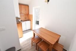 Кухня. Черногория, Баошичи : Апартамент для 4-5 человек, с 2-мя отдельными спальнями, с балконом с шикарным видом на море, возле пляжа