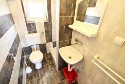 Ванная комната. Черногория, Баошичи : Апартамент для 4-5 человек, с 2-мя отдельными спальнями, с балконом с шикарным видом на море, возле пляжа