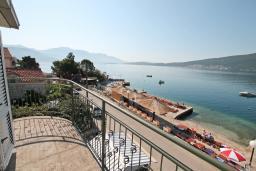 Балкон. Черногория, Баошичи : Апартамент для 4-5 человек, с 2-мя отдельными спальнями, с балконом с шикарным видом на море, возле пляжа