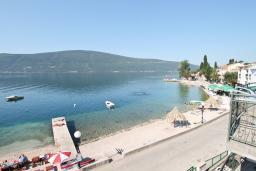 Вид на море. Черногория, Баошичи : Апартамент для 4-5 человек, с 2-мя отдельными спальнями, с балконом с шикарным видом на море, возле пляжа