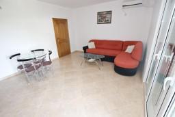 Гостиная. Черногория, Сутоморе : Апартамент с 1 спальней, два балкона с видом на море, 40 метров до пляжа