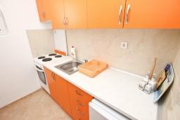 Кухня. Черногория, Сутоморе : Апартамент с 1 спальней, два балкона с видом на море, 40 метров до пляжа
