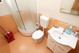 Ванная комната. Черногория, Сутоморе : Апартамент с 1 спальней, два балкона с видом на море, 40 метров до пляжа