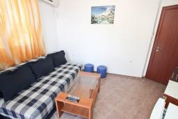 Черногория, Петровац : Апартамент для 2-4 человек, с отдельной спальней, с балконом с видом на море, всего 10 метров до пляжа