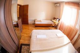 Спальня. Черногория, Петровац : Апартамент для 5 человек, с 2-мя отдельными спальнями, с балконом с видом на море