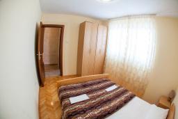 Спальня 2. Черногория, Петровац : Апартамент для 5 человек, с 2-мя отдельными спальнями, с балконом с видом на море