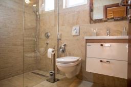 Ванная комната. Черногория, Петровац : Апартамент для 5 человек, с 2-мя отдельными спальнями, с балконом с видом на море