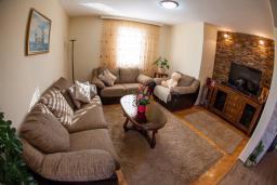 Гостиная. Черногория, Петровац : Апартамент для 5 человек, с 2-мя отдельными спальнями, с балконом с видом на море