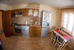Кухня. Черногория, Петровац : Апартамент для 5 человек, с 2-мя отдельными спальнями, с балконом с видом на море