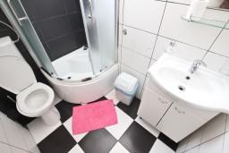 Ванная комната. Черногория, Петровац : Апартамент для 4 человек, с двумя отдельными спальнями и террасой