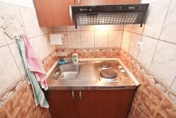 Кухня. Черногория, Петровац : Уютная студия с террасой