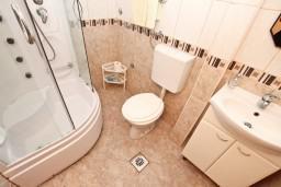 Ванная комната. Черногория, Петровац : Студия с террасой в 150 метрах от моря