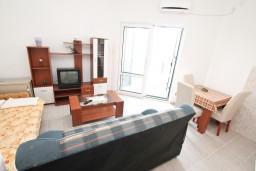 Гостиная. Черногория, Герцег-Нови : Апартамент с отдельной спальней, с большой террасой с видом на море