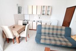 Кухня. Черногория, Герцег-Нови : Апартамент с отдельной спальней, с большой террасой с видом на море