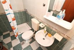 Ванная комната. Черногория, Герцег-Нови : Апартамент с отдельной спальней, с большой террасой с видом на море