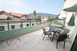 Вид на море. Черногория, Герцег-Нови : Апартамент с отдельной спальней, с большой террасой с видом на море