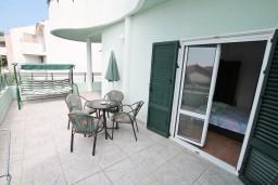 Балкон. Черногория, Герцег-Нови : Апартамент с отдельной спальней, с большой террасой с видом на море