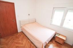 Спальня. Черногория, Герцег-Нови : Апартамент с отдельной спальней, с балконом с видом на море