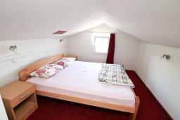 Спальня. Черногория, Обала Джурашевича : Двухуровневый апартамент с отдельной спальней, с балконом с шикарным видом на море
