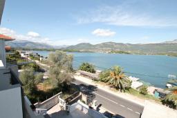 Вид на море. Черногория, Обала Джурашевича : Двухуровневый апартамент с отдельной спальней, с балконом с шикарным видом на море