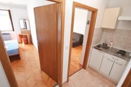 Кухня. Черногория, Герцег-Нови : Апартамент с отдельной спальней, с террасой с шикарным видом на море, возле пляжа
