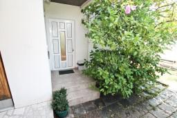 Вход. Черногория, Герцег-Нови : Апартамент с отдельной спальней, с террасой с шикарным видом на море, возле пляжа