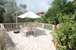 Терраса. Черногория, Доня Ластва : Апартамент для 7-8 человек, с 2-мя отдельными спальнями, с 2-мя ванными комнатами (ванна и душ), с террасой с видом на море, 100 метров до пляжа