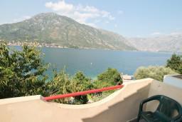 Вид. Черногория, Столив : Студия с балконом с шикарным видом на залив, возле пляжа