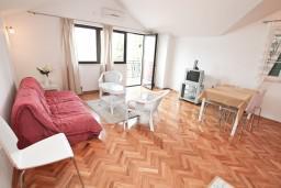 Гостиная. Черногория, Нивице : Апартамент для 4-6 человек, с 2-мя отдельными спальнями, с балконом с шикарным видом на море, 10 метров до пляжа