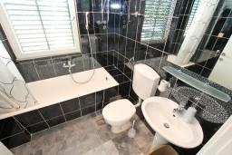 Ванная комната. Черногория, Нивице : Апартамент для 4-6 человек, с 2-мя отдельными спальнями, с балконом с шикарным видом на море, 10 метров до пляжа