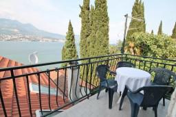 Балкон. Черногория, Нивице : Апартамент для 4-6 человек, с 2-мя отдельными спальнями, с балконом с шикарным видом на море, 10 метров до пляжа
