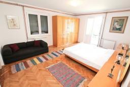 Спальня. Черногория, Игало : Этаж дома с 3-мя спальнями на берегу моря, балкон и терраса с видом на море, приватный дворик