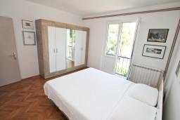 Спальня 2. Черногория, Игало : Этаж дома с 3-мя спальнями на берегу моря, балкон и терраса с видом на море, приватный дворик