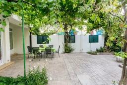 Территория. Черногория, Игало : Дом с 3-мя спальнями на берегу моря, балкон и терраса с видом на море, приватный дворик
