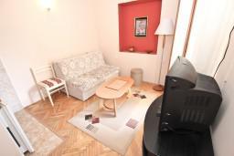 Гостиная. Черногория, Петровац : Апартамент с отдельной спальней, с балконом