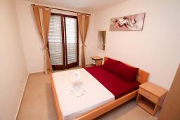 Спальня. Черногория, Петровац : Апартамент для 4-6 человек, с 2-мя отдельными спальнями, 70 метров до моря