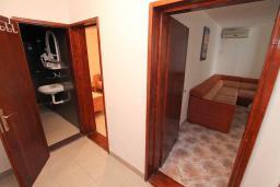 Коридор. Черногория, Петровац : Апартамент для 4-6 человек, с 2-мя отдельными спальнями, 70 метров до моря