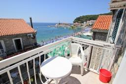 Черногория, Петровац : Апартамент для 2-5 человек, с отдельной спальней, с балконом с видом на море, 10 метров до пляжа