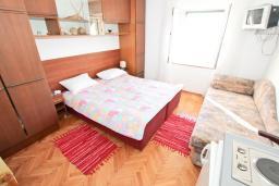 Студия (гостиная+кухня). Черногория, Петровац : Студия с кухней, ванной и видом на море