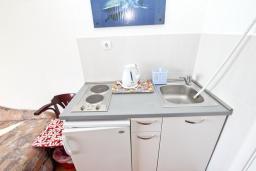 Кухня. Черногория, Петровац : Студия с кухней, ванной и видом на море