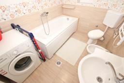 Ванная комната. Черногория, Петровац : Студия с кухней, ванной и видом на море