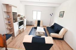 Гостиная. Черногория, Зеленика : Уютный домик в тихом районе, вдали от баров и дискотек, с 2-мя отдельными спальнями, с большой гостиной, с террасой