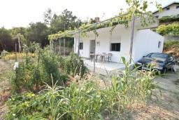 Фасад дома. Черногория, Зеленика : Уютный домик в тихом районе, вдали от баров и дискотек, с 2-мя отдельными спальнями, с большой гостиной, с террасой
