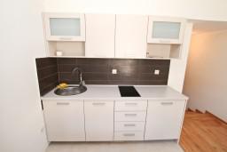 Кухня. Черногория, Игало : Уютный апартамент для 4-6 человек, с 2-мя отдельными спальнями, 20 метров до моря