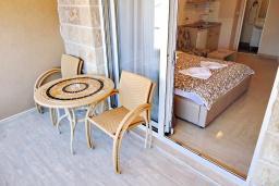 Балкон. Черногория, Рафаиловичи : Студия с балконом с видом на море на берегу Рафаиловичей